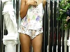 Sexy brunette babe koos kena perse mängib dildo