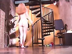 Koketni blondinka v gol gym deluje