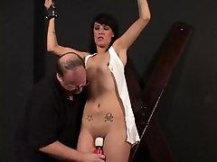 Hot brunetka viazaný zatiaľ čo jej kundu je škádlil jej kapitán