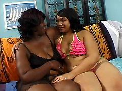 Debeli Lezbijke naslanja se na krevet i dobiva облапанная ebony duble black djevojka