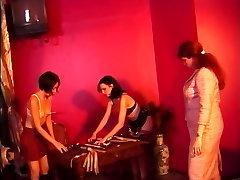 Seksualus wooliboid sexxx mergaičių įniršti su ping pong irklus