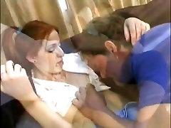प्यारा युवा श्यामला उसे बिल्ली फैला है और उसे तंग गधे गड़बड़ मुश्किल