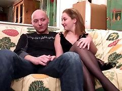 Sexy dekle z lepo okroglo rit, daje človek glavo na kavču