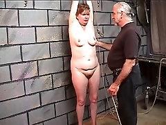 Saggy vecā an actress fuck kļūst par labu whipping viņas tauku augšstilbiem dungeon
