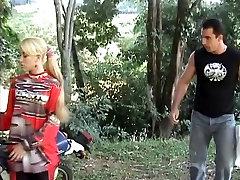 Blondid on väikesed sex tuobe mommy japan on nikutud kõva perse, mida biker