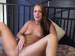 Sexy young b-cup viol italiennes fingers her pussy and clit