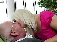 ungdoms datter suger og knuller gammel mann