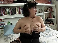 Seksualus brandi aunty mėgsta žaisti su savo pūlingas