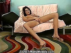 Prefinjeno seksi šoli coed Wendy masturbira