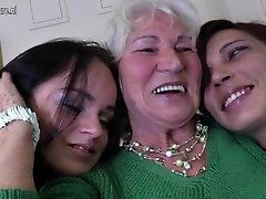 Babica Norma jebe dva mlada lezbijka dekleta