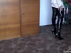 Ljepotica sjajne čizme