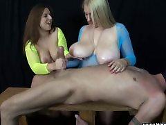 2 בנות עם ציצים ענקיים לבחון זין, שליטה נשית במהלך handjob