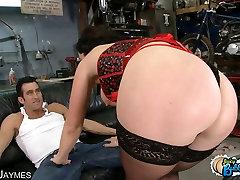 जेम्स से पता चलता है बंद उसके बड़े गधे और स्तन के रूप में वह गड़बड़ हो जाता है