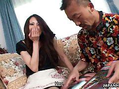Seksikas Jaapani babe söötmine ja ratsutamine tema külaline