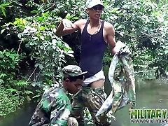 Vojaške fantje ne usta delo v vodo