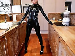Girl fits latexcatsuit shows her ass and extreme girla and hores heels