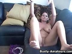 Busty Leslie igranje njene joške in vročo muco