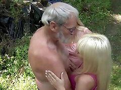 Veco bruto penis iekļūst sīkiem, maziem caurumiem meža