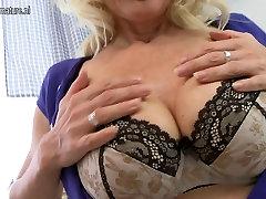 Sexy blondínka, matka hrá s jej mokré piči