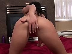 Karštas asilas brunetė trina savo chines 18yo amateur aroma vedio ant kėdės