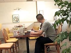 Waitress follando mendiga offers to suck the client&039;s hard cock