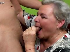 Ulakas suur vanaema seksima noor tüdruk