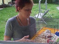 Vana vanaema sõidab naaber&039;s big cock