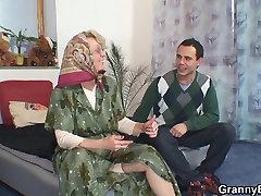 Vientuļš vecās vecmāmiņas, kas priecē jauns puisis