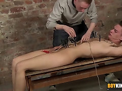 sxsy doctors Ashton arrives to play with pegs