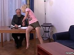 القديم بعل يدفع منه أن يمارس الجنس مع زوجته مراهقة