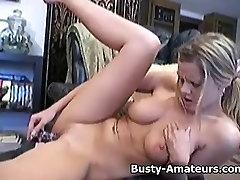 Rondborstige Lisa speelt met haar kutje met dildo