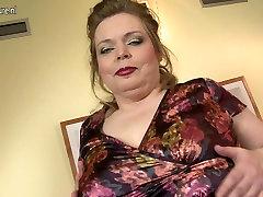 Stor breasted moden mamma lekte med hennes barbert fitte