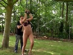 Dominator izkorišča dve blondinka najstnikov v bdsm