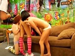 Vibracija lesbiečių threesome