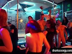 חרמנית במסיבת זונות מקבל אוננות בפומבי