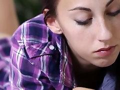 J15 Slank brunette ungdoms Adela gnir hennes fitte