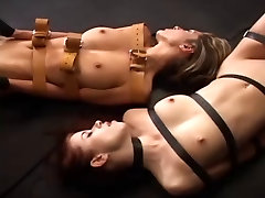 Dve dekleti vezani z vibratorji za muco