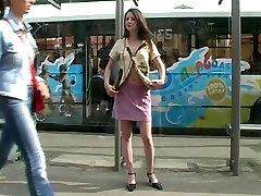Neklaužada viešųjų Brunetė indin doly komar ne crowde autobusų stotelė