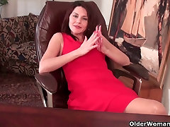 Mature milf gives her just woke up funny pussy a workout