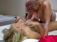 OldNanny Mlade in stare lezbični par masturbirajo z sextoy