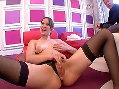 Elle se masturbe et se fait jouir avant de baiser !!