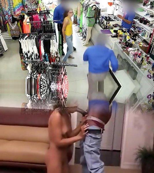 Sexy Dolly Leigh reitet einen Schwanz, um einer Bestrafung für Ladendiebstahl zu entgehen