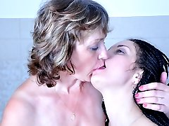 Horny mom walks in on a soaking in the bath girl eager for wet kissy play