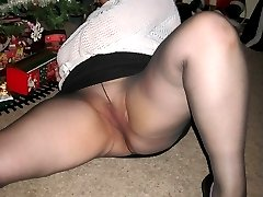 Mature amateurs spreads her legs in pantyhose