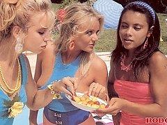 3 retro lesbian chicks