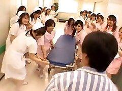 Asiático enfermeras en un gangbang caliente