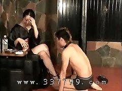Japansk dominant kvinna K från kimono dunka inför slav