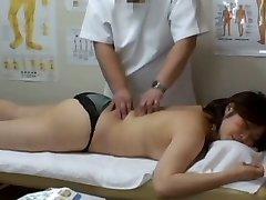 Medicinsk voyeur massage video med en fyllig Asiatiska klädd i svarta trosor