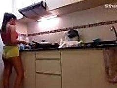 Amateur Asiático Chica desnudo mientras se cocina en su cocina