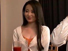 Familj Ovanligt Glad! ! Ikegami Fru Sakurako Är Paj Omfamnade Även Broder, Make-Omfamnas Av Son